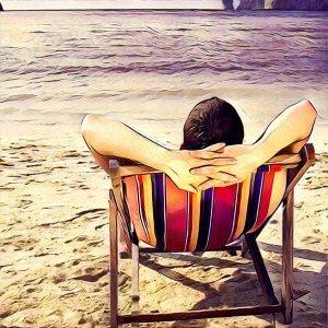 hombre descansando en hamaca en la playa