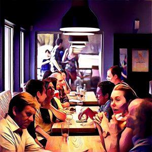 cenando en restaurante lleno de gente