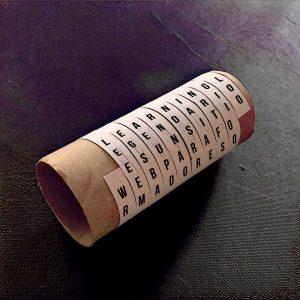 escape room mensaje codificado en cinta de papel