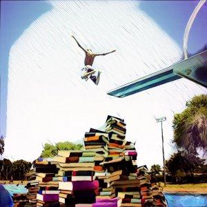 Saltando sobre montaña de libros