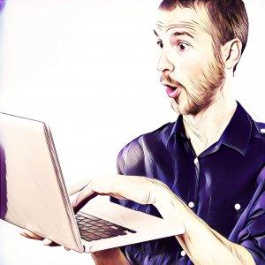 Hombre mirando sorprendido al ordenador