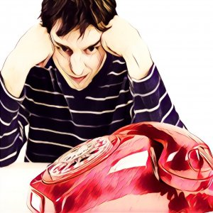 Hombre esperando llamada telefónica