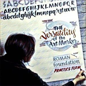 mujer escribiendo en mayusculas en rotafolios