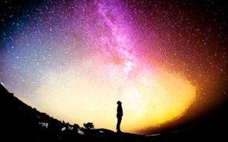 Hómbre mirando a las estrellas